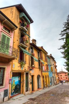 "Travel tips for visiting Lake Garda in Italy. This photo: Houses of Desenzano - ""Sirmione: An Essential Lake Garda Experience"" by @Lozula"