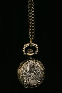 Kellokaulakoru -Kullanvärinen Renessanssi tämän tyyliset kellokorut kaulaan on mieleeni 14 e