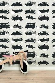 Behang met snelle auto's, vliegtuigen en raketten op licht grijze achtergrond voor een stoere jongenskamer. Premium Quality 165 grams Vliesbehang. Full color met supermatte uitstraling. Zeer eenvoudig direct op de muur aan te brengen. Afmetingen: 146,1 x 280 cm (b x h), een rol bestaat uit drie banen van 48,7 x 280cm (b x h). Merk: KEK Amsterdam. Levertijd: 1 week. Toys for boys behang licht grijs KEK Amsterdam