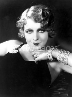 Check out this list of several of the most iconic and famous hairstyles of all ages including the original bob or pixie or the perm. Click and discover! Famous Hairstyles, Vintage Hairstyles, Flapper Hairstyles, Bob Hairstyles, Wedding Hairstyles, Style Année 20, 1920s Makeup, Pelo Vintage, Look Short