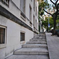 Una cuadra para acariciar con los pies 🚶♀️🚶🏻 . . . . . . . . . . . . . . . . . . . #paseo #recoleta #cuadra #escalonada #escaleras #buenosaires #barrancas #argentina #pasear #tarde #invierno #julio #pies #caricia #rincon #escondido #instagram #picoftheday #ciudad #city #fotografia #photography #perspectiva #mirandabosch