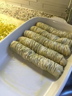 Daha once paylastigim cevizli baklavanin fistikli versiyonu. Ben daha guzel bir lezzet ve daha hos bir goruntu icin fistiklarin ince БАКЛАВА С ШАМ ФЪСТЪК kabuklarini da soydum ve oyle toz haline getirdim. Evet kabul ed… Turkish Recipes, Indian Food Recipes, East Dessert Recipes, Ramadan Desserts, Christmas Dishes, Food Platters, Food Humor, Fish Dishes, Perfect Food