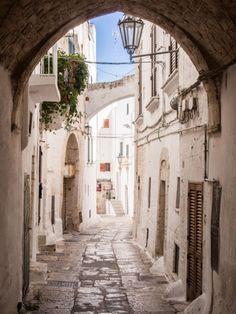 Ostuni, Puglia, Italy  I profumi della vita  Tracciano i sentieri antichi del passato E la strada del futuro.  Passeggiate lunghe e dolci... Con un gelato tra le dita... Stai camminando nel presente...  Il vento ti ricorda ...l'imprevisto Un cappello vola presto, ...stai attento!  Cammina piano sulle pietre  Ad ogni passo guarda il cielo .... Per non perdere te stesso...