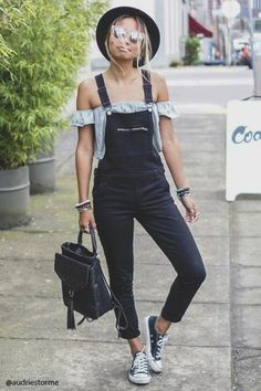 Tendance salopette 2017 Denim overalls featuring a skinny fit adjustable buckled straps a zippered bib Style Salopette, Salopette Short, Mode Outfits, Casual Outfits, Fashion Outfits, Fashion Trends, Grunge Outfits, Modest Fashion, Casual Dresses