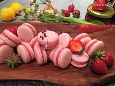 Jahodové makrónky - recept | Varecha.sk Pavlova, Macarons, Eggs, Treats, Breakfast, Sweet, Food, Sweet Like Candy, Morning Coffee