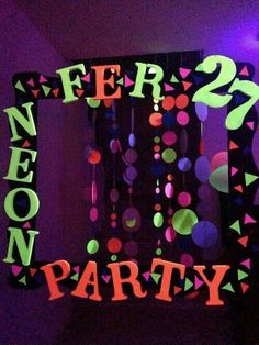 I like the hangy things Neon Birthday, 13th Birthday Parties, 10th Birthday, Birthday Ideas, Diy Festa Neon, Glo Party Ideas, Glow Party Decorations, Glow In Dark Party, Blacklight Party