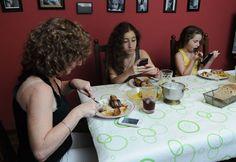 personas comiendo con el movil - Buscar con Google