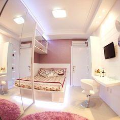 Esse quarto possui uma cama com nichos, tornando ela bem prática! O detalhe em led deixa o ambiente muito mais confortável e bonito.…