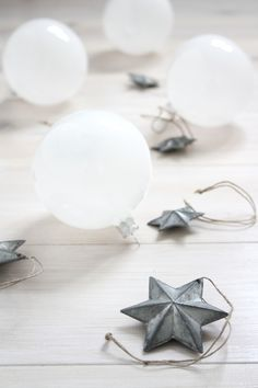 christmas stars in grey & white baubles | Xmas decoration . Weihnachtsdekoration . décoration noël | Photo: Maria @ mariaemb |