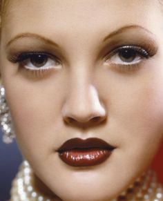 There used to be a poster of this image of Drew Barrymore in black and white on Amazon and I wanted it SO BAD! Thin Eyebrows, Crazy Eyebrows, Draw On Photos, Fatale, Old Hollywood, Hollywood Glamour, Classic Hollywood, Movie Stars, Pretty People