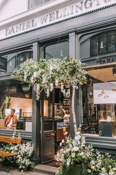 London in bloom with some of our favourite Early Hours floral installations across London in celebration of the Chelsea Flower Week. Florist Shop Interior, Flower Shop Interiors, Coffee Shop Aesthetic, Flower Cafe, Flower Shop Design, Chelsea Garden, Chelsea Flower, Flower Decorations, Facade