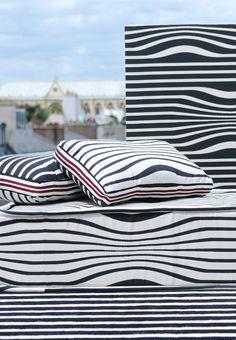 Illusion Collection Jean-Paul GAULTIER par LELIEVRE : une rayure marin recto/verso, en coton calandrée jouant une légère ondulation. Un tissu très estival ! source-a-id.com