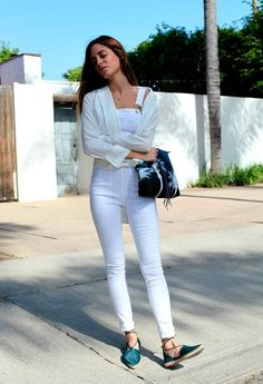 Seriously Impressive Outfits to Inspire Your Spring Style Gala Gonzalez of Amlul wearing white overalls with espadrillesGala Gonzalez of Amlul wearing white overalls with espadrilles Gala Gonzalez, Minimal Fashion, White Fashion, Girl Fashion, Net Fashion, Fashion Story, Estilo Blogger, White Overalls, White Jeans