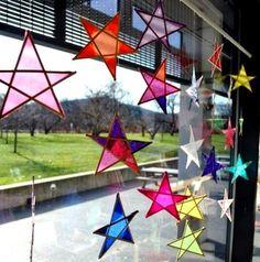 Beleuchtete Weihnachtssterne fürs Fenster basteln aus krepppapier