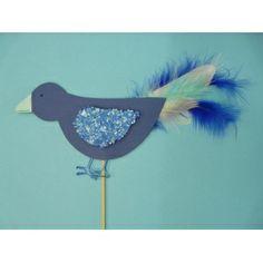 #Kinder basteln: Eine schöne Bastelidee für Kinder. Einen netten #Vogel mit #Federn basteln. Eignet sich super für #Kindergärten und Kindergeburtstage. Für den Vogel brauchst du nur eine Packung Fotokarton, Federn, einen Aludraht, Weißleim, einen Holzstab, Flockenfarbe und Farbschnipsel in blau. Hier findest Du die komplette Bastelanleitung: http://www.trendmarkt24.de/bastelideen.kinder-basteln-einen-netten-vogel.html#p