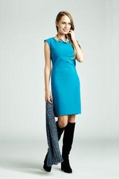 Prosta sukienka w intensywnym kolorze może stanowić idealną bazę zarówno dla eleganckiej, jak i bardziej casualowej stylizacji #QSQ #fashion #inspirations #outfit #ootd #look #fall #autumn #cyan #black #casual #color #accent #cowl #grey #heels #formalwear