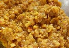 Cibuli pokrájíme najemnou a lehce ji osmahneme na slabém plameni na oleji. Ke konci připadáme prolisovaný česnek, garam masalu, kmín, kari a kurkumu...