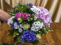 Jakmile květiny poskládáte do kompaktní kulaté kytice, spodní patro uzavřete…