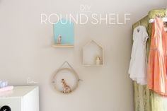 Supert  fast DIY  – using a bamboo steamer lid!  See the full instructions on how to make this round shelf in under 5 minutes.