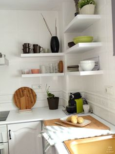 antes y después de mi cocina sin obras. Baldas y detalles en madera. Cocina blanca Diy Kitchen, Kitchen Decor, Kitchen Ideas, Ideas Hogar, Office Organization, Home Staging, Furniture Makeover, Chalk Paint, Floating Shelves