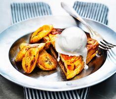 Barnens favorit - fattiga riddare - passar även perfekt att servera till efterrätt. Riktigt goda blir riddarna med detta recept där du använder bland annat hasselnötskräm och stekta bananer. Mums!