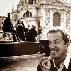 Mario Testino- Famoso fotografo peruano, conhecido por suas propagandas de anúncios e imagens de moda imaginativas e ousadas. Já tirou foto de famosos brasileiros, como Cauã Reymond e Grazi Massafera.