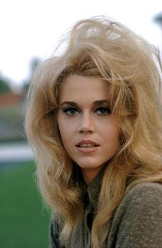 Jane Fonda - 1967 Barbarella hair…and Jane Fonda. (Billing based on degree of prominence). Jane Fonda Klute, Jane Fonda Barbarella, Barbarella Movie, Vintage Hollywood, Hollywood Glamour, Classic Hollywood, Hollywood Icons, Divas, Jane Seymour