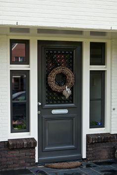Traditionele voordeur met zijlichten als welkom in de prachtige villa