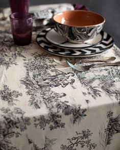 Toile de Jouy: storia e idee shopping | Vita su Marte Italian Home Decor, Linen Tablecloth, Soft Furnishings, Winter Collection, Table Settings, Shopping, Tableware, Cloths, Fabric