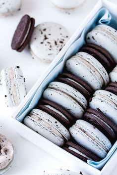 Oreo Macarons with crushed oreo centre and oreo buttercream. Perfect for the oreo and macaron lover. Oreo Desserts, Delicious Desserts, Yummy Food, Baking Desserts, Plated Desserts, Chocolate Desserts, Baking Recipes, Cookie Recipes, Dessert Recipes