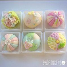 WEBSTA @ norinriko - おはようございます(ت)♪・・日に日に暑さを感じるようになってきましたね。自然と冷たい物の消費が増えてきました笑・・こちらは先日ご注文頂いた菓子です。・菖蒲や紫色がお好きという事で、淡い紫色〜赤紫まで意識しながら製作しました。・ お誕生日という事で、リクエスト頂いたデザインの中で、鳥さんに誕生花のライラックをトッピングしました❁・ご依頼主様と注文のやり取りをしていたら、私の母と同じ誕生日であることが判明♪面白いご縁だなぁと、嬉しくなりました(ت)・ 今日も暑くなりそうですね。皆様、どうぞ気をつけてお過ごし下さいませ◟̆◞̆୨୧˖・・#和菓子#japanesesweets #japaneseconfectionery
