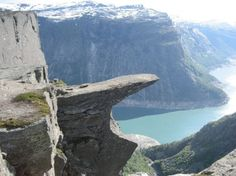 ノルウェーの山の頂「トロルの舌」