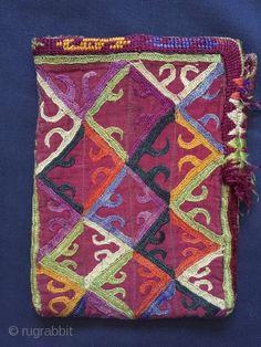 Un excellent exemple de Antique turcoman / Turkmen Ersari sac brodé de soie tribu datant de la fin du 19ème siècle. Sur la plupart des sacs de soie d'Asie centrale, les types Ersari sont parmi les ...