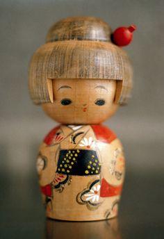 Vintage wee Kokeshi muy bella