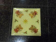 Prato executado com guardanapo de papel, tinta craquelê, e verniz