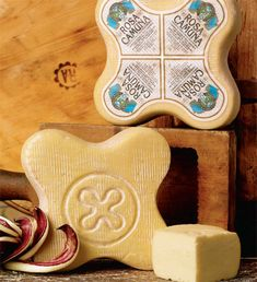 """La ROSA CAMUNA è un formaggio da tavola dalla caratteristica forma a petalo di rosa, simbolo rinvenuto nelle incisioni rupestri di Capo di Ponte. Prodotta con il latte parzialmente scremato dei """"pascoli della Valle-camonica"""". Dopo un mese di stagionatura offre un gusto profumato di essenze montane. Della ROSA CAMUNA esiste anche la produzione biologica che è ricavata da latte proveniente esclusivamente da allevamenti selezionati e controllati, alimentati esclusivamente con prodotti naturali."""