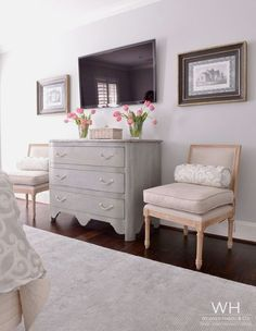 furniture layout decorating around a tv in bedroom Bedroom Tv Wall, Bedroom Dressers, Home Bedroom, Master Bedroom Chairs, Bedroom With Tv, Master Bedroom Layout, Bedroom Frames, Bedroom Suites, Bedroom Wallpaper