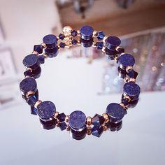 Bracelet en médaillons de Lapis Lazuli avec perles pl. or et toupies Swarovski. Une pièce unique, imaginée et créée par Stéso Bijoux Genève. Retrouvez toutes les infos sur www.steso-bijoux.ch Lapis Lazuli, Or, Swarovski, Beaded Bracelets, Unique, Jewelry, Fashion, Crystal, Murano Glass