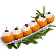 NARANJAS RELLENAS - Ingredientes: 6 naranjas, 200 g nata montada, leche condensada, 2 yemas de huevo, ralladura de naranja. 2 hojas de gelatina, 6 cerezas en almíbar. Cortar la parte superior de las  naranjas y vaciar. Pasar la pulpa por la batidora, mezclar con leche  condensada, yemas batidas, gelatina disuelta en agua, ralladura y la mitad de la nata. Rellenar naranjas. Decorar con la otra mitad de la nata, añadir una cereza encima. Meter en frío. Receta: Obdulia Pons. FOTO: Manolo…