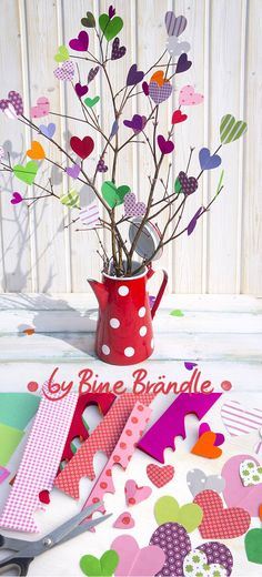 "Airy bouquet of colorful paper hearts.- Airy bouquet of colorful paper hearts. A magical idea for Mother's Day. An original home decor or gift in the spring. Idea and photo from the book: ""My colorful year"" by Bine Brändle (Frechverlag) - Kids Crafts, Easter Crafts, Diy And Crafts, Diy Gifts For Kids, Diy For Kids, Decoration Creche, Diy Ostern, Father's Day Diy, Paper Hearts"