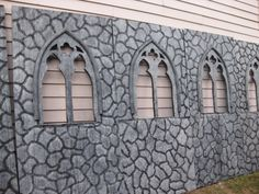 Faux castle or cathedral walls made in paneled sections for your Halloween haunt. Halloween Prop, Halloween Outside, Halloween Tombstones, Halloween Graveyard, Halloween Projects, Holidays Halloween, Halloween Decorations, Faux Stone, Pool Noodles