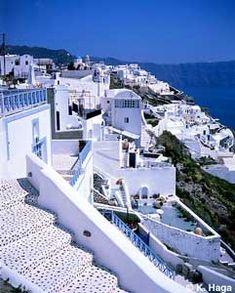 Case bianche. Santorini, Grecia.  L'ingresso dell 'isola è completamente riempito con le case bianche sulla scogliera. L'isola ha usato per essere un vulcano attivo e l'eruzione intorno al 1500 aC, ha creato questa forma unica dell'isola
