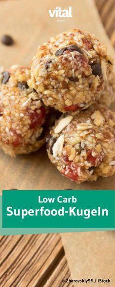 Kekse mit Superfoods sind in diesem Jahr die heimlichen Gewinner auf dem Plätzchenteller. Sie sind kalorienarm und enthalten wenig Zucker. Gojibeeren und Maulbeeren verleihen den Low Carb Plätzchen dabei einen süß-fruchtigen Geschmack. Mit diesen Low Carb Superfood Keksen werdet ihr punkten.