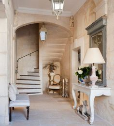 Disraeli Arredare in stile country-chic Estilo Cottage, Casas Shabby Chic, Sweet Home, Entry Stairs, Hallway Designs, Country Interior, Space Architecture, Recycled Furniture, French Country Decorating