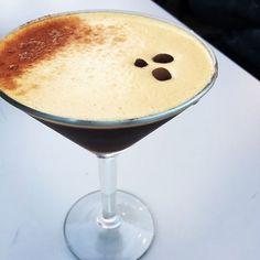 Der weckt Tote auf! Espresso Martini im Pier in Queenstown @pierqueenstown. Kahlus (mex. Likör) brown cream de cacao und double shot espresso. Yummie!