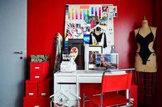 Faça uma tour por um apartamento inteiro com decoração cinza e vermelho e descubra como é possível decorar de forma harmônica e elegante com essas cores!
