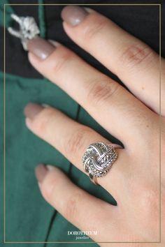 Ein dezentes Accessoire zum Dirndl; perfekt für die Trachtensaison und Oktoberfeste! Jewelry, Accessories, Knots, Dirndl, Ring, Jewlery, Jewerly, Schmuck, Jewels