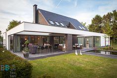 Landelijke woning BB-Architecten Prinsenbeek architectuur puntdak modern terras Luxury Homes, Modern, Villa, Patio, Outdoor Decor, Inspireren, Home Decor, Houses, Luxurious Homes
