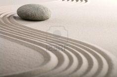 piedra zen de arena jardín de relajación meditación japonesa y la imagen de spa espiritual piedra redonda balance Foto de archivo