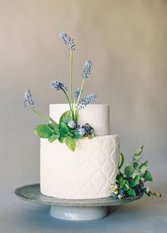 Organic and simple wedding cake inspiration - Fine art cakes by Nine Cakes photographed by Jen Huang Photography. Creative Wedding Cakes, Elegant Wedding Cakes, Wedding Cakes With Flowers, Beautiful Wedding Cakes, Wedding Cake Designs, Beautiful Cakes, Cake Flowers, Real Flowers, Flower Cakes